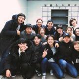 朴寶劍公開《花樣青春》出演者和工作人員大合照