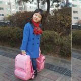 「珍珠上小學!」《請回答1988》裡飾演善宇妹妹的金雪 帶著粉紅包包上學去