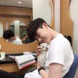 李钟硕亲密抱狗生活照 散发令人心动的微笑