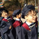 「三胞胎」真的好好长大啦!大韩、民国、万岁2月幼稚园毕业典礼照片曝光,民国还作为代表上台发言!