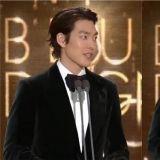 【第40届青龙电影节】金宇彬亲自撰写颁奖词:「多亏大家的支持,我才能坚持下来。」