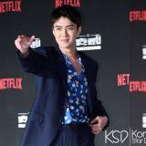 看到又高又帅的男人在吃东西…以为是演员柳演锡 一问之下原来是EXO世勋!