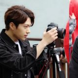 金明洙出席兒童公益活動進行「才能捐贈」親自為大家拍攝照片!網友:「臉蛋本身就是才能啊!」