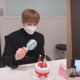 世界最初「愛豆自我隔離生日派對」!OnlyOneOf成員KB示範如何戴口罩吹蠟燭