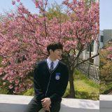 櫻花樹下、穿著校服的INFINITE L笑容燦爛…帥氣外貌讓人不容忽視!