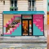 《魷魚遊戲》巴黎快閃咖啡廳人氣爆棚!民眾排隊6小時玩椪糖遊戲,店內還有穿桃紅色衣服的工作人員