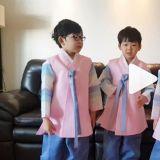 【影片】三胞胎一轉眼又長大了不少!大韓民國萬歲合體向大家拜年+獻吻