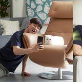 孔劉廣告拍攝狂撸貓咪+自拍,網友:好想變成那隻貓啊❤