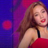 Red Velvet Joy演出途中肩带突断开 单手护胸超专业完成表演
