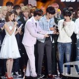 《The Show4》直擊:CNBLUE獲冠軍喜眉笑眼拿獎盃