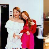 追星成功的粉丝!当Heize得知太妍上传了两人的合照,在直播中尖叫:「真的吗?」