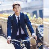 朴炯植《金裝律師》劇照公開!超強記憶力的新人律師,連騎自行車也非常帥氣!