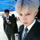 Super Junior希澈分享與始源合照 穿著正裝展現帥氣魅力!