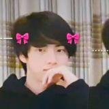 太可愛! BTS防彈少年團直播,粉絲給坐在畫面邊邊的Jin製作「文字表情包」