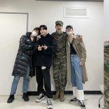 与粉丝惊喜直播!珉豪退伍直奔音乐节目帮泰民助阵,更是久违的SHINee完整体!