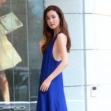 李多海穿寶藍露背長裙助陣活動