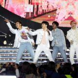 BTS防彈少年團JIN表演途中摔倒,JIMIN伸手拉起安撫大哥,全程淡定完成演出!