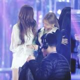 BLACKPINK與Red Velvet在「SBS歌謠大戰」謝幕時,牽手與抱抱的溫暖互動