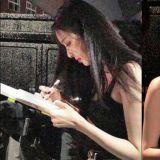 腿长人美心还善的李多熙♥ 粉丝冒雨等待多时,她一脸抱歉送上认证照&签名!
