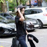 《MUSIC BANK》上班路:少女時代潤娥T恤+牛仔褲基本款也出彩