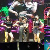 Red Velvet涩琪在舞台上发片掉下来,她潇洒往前方丢!结果...这让Irene笑到停不下来啦!
