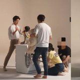 朴寶劍與小女孩搭擋拍攝廣告!溫柔的眼神讓網友羨慕表示:「想當那個小女孩!」