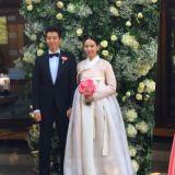 李东健赵胤熙唯美婚礼现场照公开 新郎贴心为新娘整理服装韩服,满眼含爱
