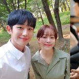 新劇《春夜》丁海寅&韓志旼甜笑合照,網友大讚:超有夫妻臉~