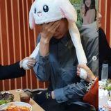 万花丛一点绿!李民基戴兔耳朵帽被徐玄振&李多熙「玩」坏了~表情太无辜XD