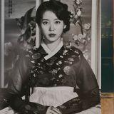 【多圖】粉絲快收藏!《德魯納酒店》公開李知恩(IU)於劇中的高清「年代照」