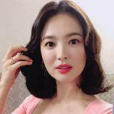 宋慧乔赴港参加活动  淡粉色洋装温柔又有少女感!