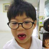 宋一国更新三胞胎近况:慨叹老么万岁要戴眼镜、拔下门牙了~