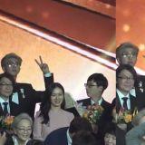 在頒獎典禮上看到防彈少年團RM比「YA」的劉在錫...轉身後也跟著比!真的太可愛啦!
