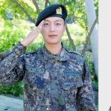 太优秀啦!尹斗俊服役期间,因诚实、以身作则的姿态成为「模范军人」提前3个月晋升上等兵!