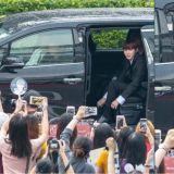 Wanna One河成雲正在整理襪子時,車門被打開了!超多粉絲看著,表情也太可愛啦XD