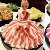 芭比娃娃裙肉片火鍋?! 肉片吃完芭比娃娃就脫光光(誤)