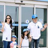 李凡秀一家赴美看球 父子三人同戴棒球帽