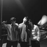 EXO里的「SBS」!伯贤与粉丝们分享在雪梨歌剧院前的合照