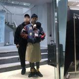 裙子还是风衣?G-Dragon假日逛街,独特衣著搭配引瞩目