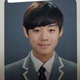 Wanna One朴志訓中學時期穿韓服照片曝光 溫柔笑眼相當動人!