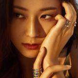 Krystal 登〈VOGUE〉 獨特氣質耀眼奪目