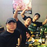 《与神同行》《工作》剧组聚餐! 朱智勋&河正宇&黄政民同桌吃烤肉