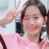 好几次少时和Red Velvet拍合照时,润娥都喜欢在涩琪头顶摆V!