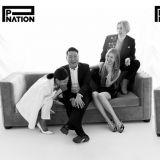 P Nation公开所属艺人合照!PSY&泫雅&E'Dawn&Jessi围坐沙发笑容开怀