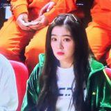《偶運會》IZ*ONE宮脇咲良迷妹和Red Velvet Irene近在咫尺,激動得狂拍大腿!
