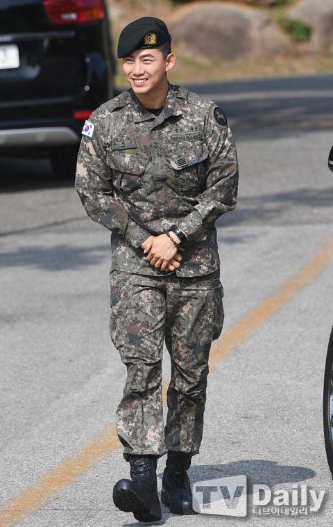 【多图】2PM玉泽演今日退伍,队友黄灿盛到场迎接!更表示:「我会努力以好作品和大家见面的!」 - KSD 韩星网 -116699-734962