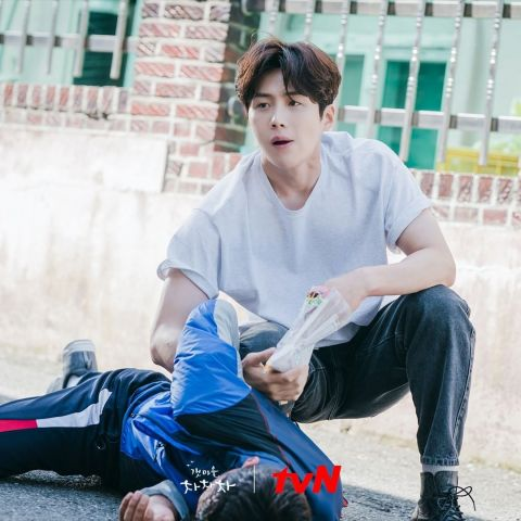 《海岸村恰恰恰》的英雄救美戏份引起韩国网友讨论:危险情节沦为感情升温的助推器、女生只能依赖男生保护