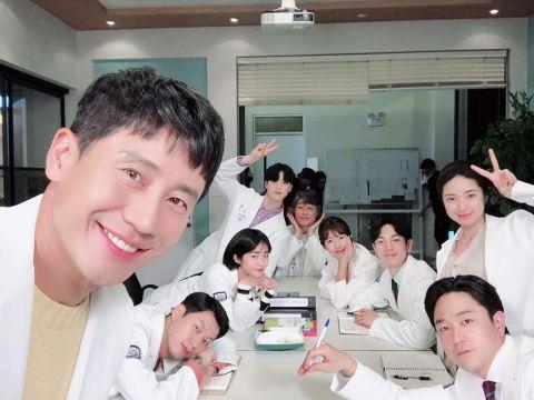 《灵魂维修工》申河均为李时俊医师开通IG,却PO出与Suho合照XD