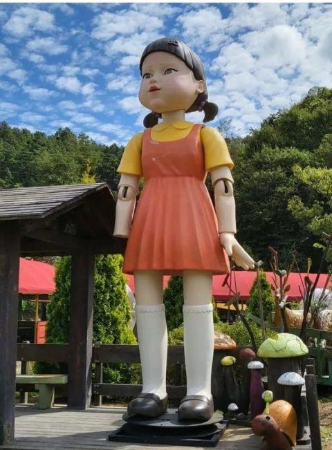 《鱿鱼游戏》「一二三木头人」娃娃本尊下场曝光!断掌还被包裹起来不见天日