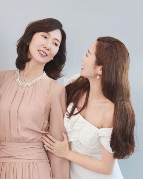 Jessica首度公开妈妈合影:果然一家都是美女,根本姊妹
